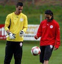 Das waren noch Zeiten: Im September 2007 trainieren Diego Benaglio und Hakan Yakin gemeinsam in der Schweizer Nati. Benaglio war damals noch Ersatztorhüter. (Bild: Keystone)