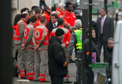 Der französische Premierminister Manuel Valls (Mitte) begab sich zum Tatort in Paris. (Bild: Keystone)