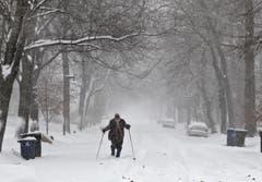 Einfacher kann man sich mit Skis auf den Strassen fortbewegen. (Bild: Keystone)