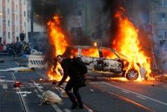 Polizeiautos wurden in Brand gesteckt. (Bild: Keystone)
