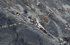Fast nichts mehr erinnert daran, dass diese Trümmer einmal ein Flugzeug waren. (Bild: Keystone)