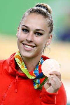 Stolz präsentiert Giulia Steingruber die olympische Medaille. (Bild: PETER KLAUNZER (KEYSTONE))