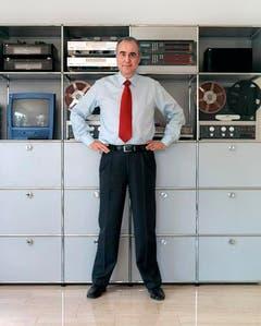 Kurt Felix posiert am 27. März 2004 vor seinen technischen Geräten in St.Gallen. (Bild: Keystone)