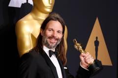 Linus Sandgren mit seinem Oscar für die Beste Kameraführung in «La La Land». (Bild: Paul Buck/Keystone)