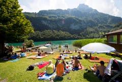 Das Strandbad und Camping Seelisbergseeli unter dem Niederbauen in Seelisberg ist gut besucht. (Bild: Keystone)