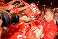 Xherdan Shaqiri befriedigt Autogrammwünsche der Schweizer Fans. (Bild: Keystone)