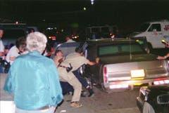 Israelische Sicherheitskräfte tragen den verletzten, am Boden liegenden Rabin in ein Auto. (Bild: Keystone)