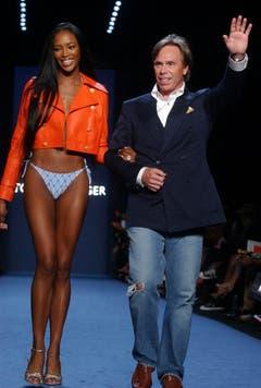 Das Beste kommt zum Schluss: Hilfiger schreitet mit Supermodel Naomi Campbell nach der Präsentation seiner Frühlingskollektion 2005 über den Laufsteg und bedankt sich bei den Zuschauern. (Bild: Keystone)