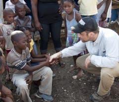 Als Unicef-Botschafter besucht Robbie Williams 2010 nach dem Erdbeben auf Haiti Kinder in einem Zeltlager. (Bild: Keystone)