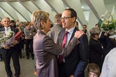 FDP-Ständerätin Karin Keller-Sutter gratuliert Parteikollege Marc Mächler zu seiner Wahl in den Regierungsrat. (Bild: Michel Canonica)