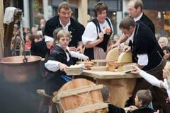 Berner Alp- und Hobelkäse wird geraffelt und verteilt. (Bild: Urs Jaudas)