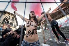 Eine Femen-Aktivistin protestiert barbusig gegen das WEF. (Bild: Keystone)