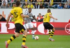 Patrice Evra kämpft um den Ball. (Bild: Ralph Ribi)