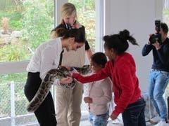Einmal eine Würgeschlange berühren: Laetitia Guarino mit Flüchtlingskindern im Walter Zoo. (Bild: pd)