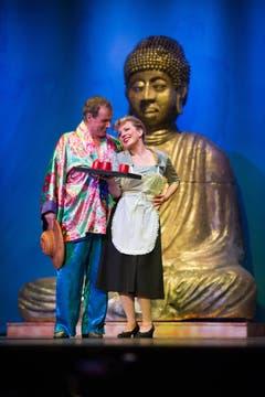 Koltays Bursche Jancy (Paul Erkamp) und Viktorias Kammerzofe Riquette (Liliane Ecoffey). (Bild: Benjamin Manser)