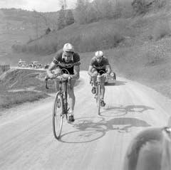 Ferdy Kübler (links) führt bei der ersten Halbetappe der Tour de Romandie von Freiburg nach Vevey vor Martin Metzger am 3. Mai 1951. (Bild: Keystone)