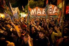 Menschen in Argentinien skandieren Parolen für den verstorbenen Chávez. (Bild: Keystone)