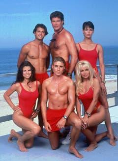 """David Hasselhoff (hinten in der Mitte) mit """"Baywatch""""-Darstellern im Jahr 1994. Vorne rechts Pamela Anderson. (Bild: Keystone)"""
