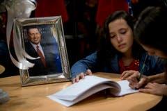 Menschen unterschreiben das Kondolenzbuch in der Botschaft Venezuelas in Buenos Aires. (Bild: Keystone)