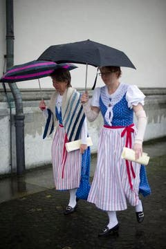Zwei Frauen unter Regenschirmen. (Bild: Benjamin Manser)