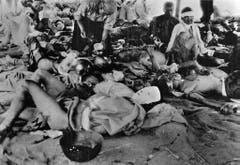 Verwundete versammelten sich im Militärspital von Hiroshima. Das Spital bestand lediglich aus Zelten. (Bild: Keystone)