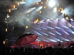 Stillleben mit Schirm vor der Bühne. (Bild: Reto Martin)