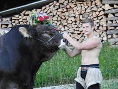 Der Freiburger Markus ist 22 Jahre alt. Er ist Landwirt und bewirtschaftet zurzeit eine Alp mit 80 Rindern im Stockental. (Bild: www.bauernkalender.ch)