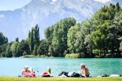 Herrliches Wetter, perfekt zum Relaxen, gab es auch in diesem Erholungsgebiet bei Sion. (Bild: MANUEL LOPEZ (KEYSTONE))