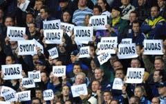 Anhänger von Tottenham Hotspur beschimpfen im November 2001 ihren früheren Spieler Sol Campbell als Judas. Campbell spielt zu jenem Zeitpunkt für Arsenal. (Bild: Keystone)