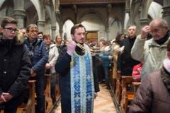Priester Brane Saric weiht die Gläubigen mit Weihrauch. (Bild: Ralph Ribi)