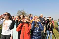 Leute von Jung bis Alt bestaunen das Naturspektakel von der Sternwarte Bernrain aus. (Bild: Donato Caspari)