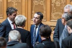 Bundesratskandidat Ignazio Cassis, FDP-TI, Mitte, diskutiert mit Fraktionskollegen waehrend der Ersatzwahl in den Bundesrat durch die Vereinigte Bundesversammlung. (Bild: Keystone)