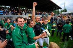 Doppeltorschütze Alex de Freitas feiert mit Fans und Spielern. (Bild: Urs Bucher)