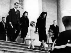 Witwe Jacqueline Kennedy auf den Treppen des Capitols mit Tochter Caroline und Sohn John Jr. am Tag der Beerdigung, am 24. November 1963. (Bild: Keystone)
