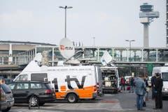 Ein Flugzeugabsturz als Medienereignis: Übertragungswagen am Düsseldorfer Flughafen. (Bild: Keystone)