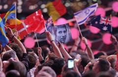 """Gedenken an einen der ganz Grossen: Ein Porträtbild des jungen Udo Jürgens wird im Publikum gezeigt. Jürgens, der den Concours 1966 mit """"Merci Chérie"""" gewann, verstarb im vergangenen Dezember. (Bild: Keystone)"""