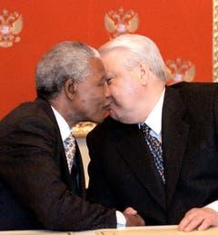 Bruderkuss: Nelson Mandela begrüsst den russischen Präsidenten Boris Yelzin (1999). (Bild: Keystone)