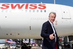 Daumen hoch: Ottmar Hitzfeld, scheidender Coach der Nati, nach der Landung in Zürich-Kloten. (Bild: Keystone)