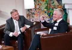 Moderator Kurt Zurfluh interviewt Chef Peter Gamma am Hauptsitz des Unternehmens im Bösch in Hünenberg. (Bild: Stefan Kaiser (ZZ))