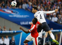 Frankreichs Adil Rami, springt über Breel Embolo. (Bild: Darko Vojinovic / Keystone)