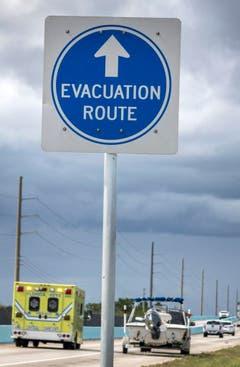 Motorfahrzeuge verlassen die Florida Keys. Besucher und Einwohner sind aufgefordert worden, sich von der Küste zu entfernen. (Bild: Keystone)