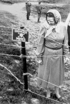 Der Falklandkrieg gegen Argentinien machte Margaret Thatcher noch populärer: Die Premierministerin besichtigt ein Minenfeld auf den umkämpften Inseln (1983). (Bild: Keystone)