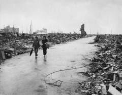 Das Bild stammt von der US Air Force und zeigt, wie zwei Personen über einen geräumten Weg durch Hiroshima gehen können. Die Aufnahme stammt vom 8. September 1945. (Bild: Keystone)