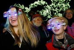 Diese Geschwister in Boston feiern den Jahreswechsel mit einer speziellen Brille. (Bild: Keystone)