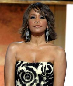 Trotz Verkaufserfolgen muss Whitney Houston Rückschläge einstecken. Ihre Comeback-Tour 2009 erhält schlechte Kritiken, mehrfach versagt ihre Stimme auf der Bühne, die Sängern wird ausgebuht. (Bild: Keystone)
