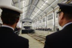 Die Euregia-Fähre wird in die neue Werft geholt. (Bild: Reto Martin)