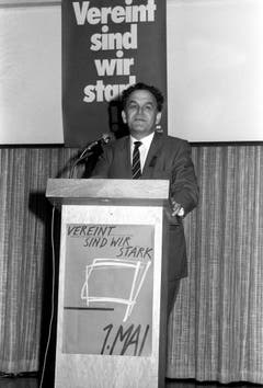 Bundesrat Otto Stich spricht bei einer Veranstaltung am Vorabend des 1. Mai in Brig (1985). (Bild: Keystone)
