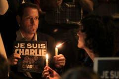 """Ein Mann in Chile mit einem """"Je suis Charlie""""-Schild. (Bild: Keystone)"""