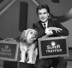 Kurt Felix und sein vierbeiniger Assistent Sheriff stehen im Dezember 1991 zum letzten Mal gemeinsam für den «Supertreffer» vor der Kamera. Kurt Felix verabschiedet sich nach fast 30 Jahren Fernseharbeit aus dem TV-Unterhaltungsgeschäft. (Bild: Keystone)