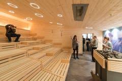 Rundgang für Medienschaffende in einer neuen Sauna. (Bild: Hanspeter Schiess)